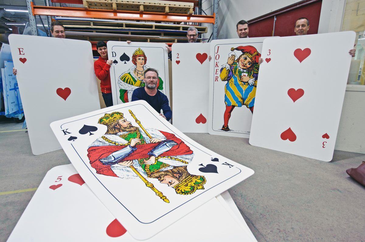 The worlds biggest deck of cards. The world record holder you can meet in Uddebo with Meet the Locals. öka världsrekordhållaren genom Meet the Locals.
