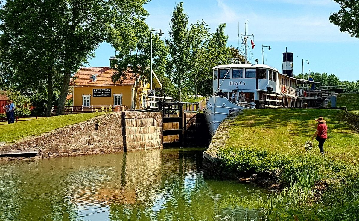 Slussning på Götakanal, Sjötorp med båten Diana. Local som visar dig Sjötorp, Götakanal, Torsö med cykel. Med konceptet Meet the Locals.