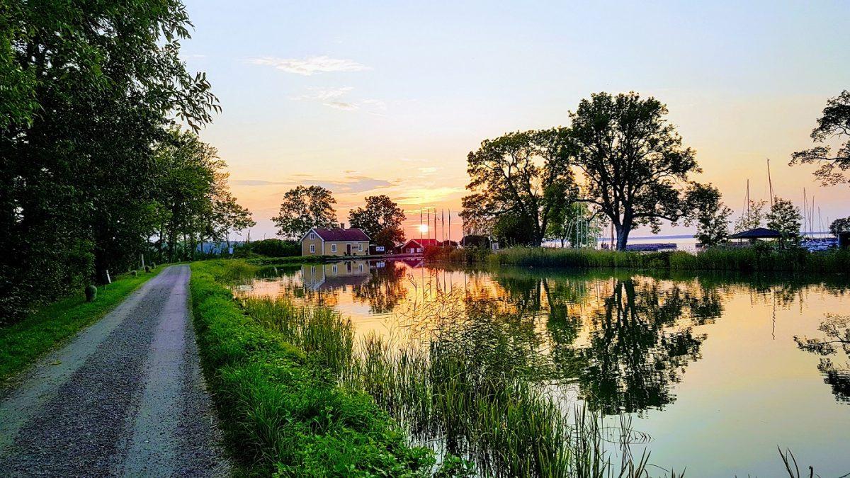 Solnedgång över Göta kanal, Sjötorp. Local Alf visar dig Sjötorp, Götakanal, Torsö med cykel. Med konceptet Meet the Locals.