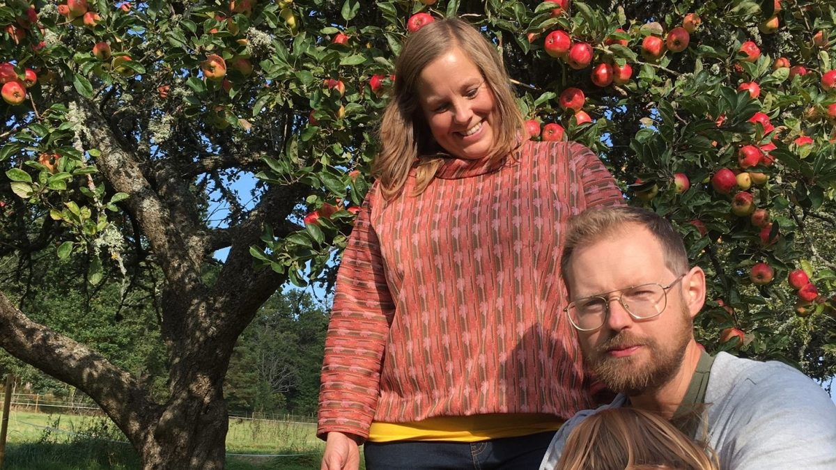 Couple infront of an apple tree. In Ekebo, on the island of Kållandsö near Läckö Castle you can visit them on their organic farm with the concept Meet the Locals.