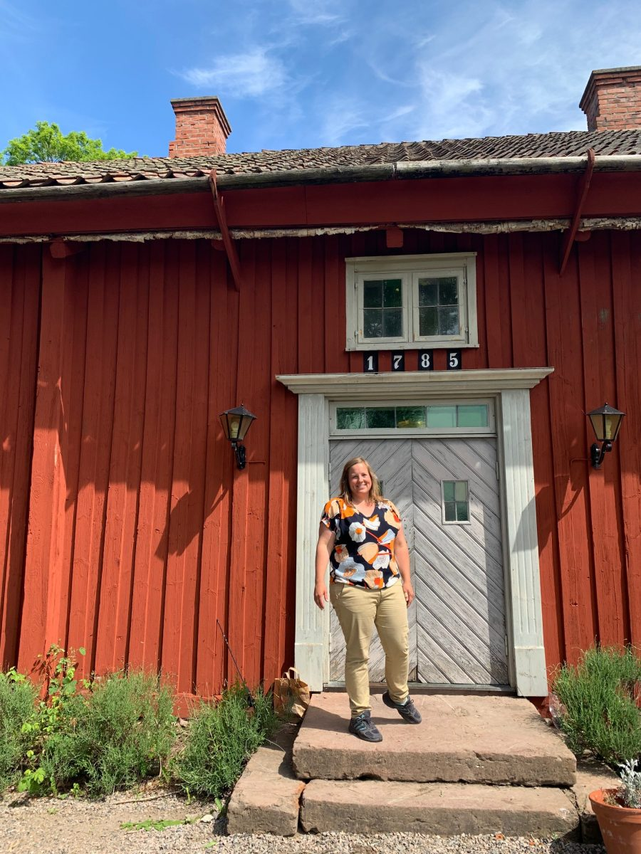 Lady in front of an old swedish house. In Ekebo, on the island of Kållandsö near Läckö Castle you can visit them on their organic farm with the concept Meet the Locals.
